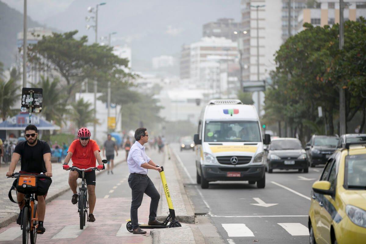 No Rio de Janeiro, é proibido dirigir patinetes em calçadas, dar carona, conduzir animais ou cargas enquanto se estiver dirigindo o modal