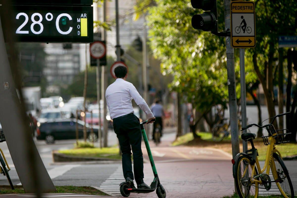 É fácil encontrar um patinete à disposição nas calçadas e ciclovias de 13 cidades do Brasil