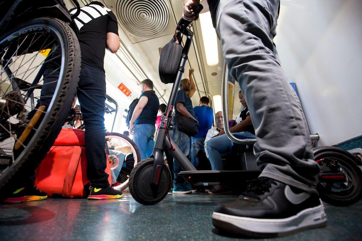 O patinete é usado para pequenos percursos ou para complementar trajetos do transporte público de massa