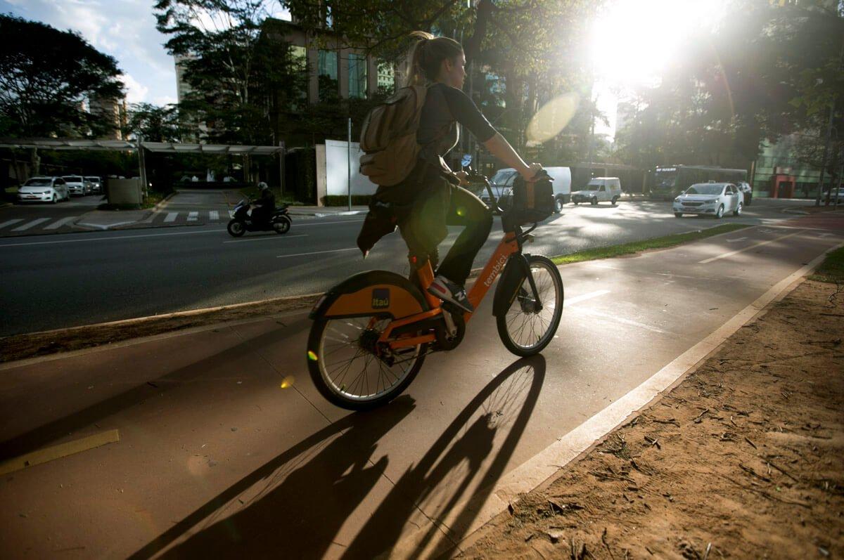 Os sapatos altos incomodam quando se fica muito tempo em pé no patinete ou pedalando a bicicleta