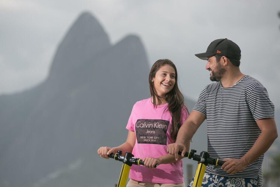 Os goianos Izabella Moreira e Bruno Arantes escolheram fazer um passeio de patinete na beira da praia para aproveitar as férias no Rio