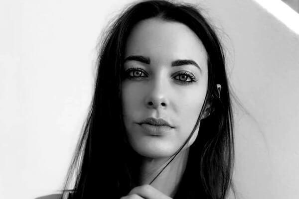 A youtuber e apresentadora da TV inglesa Emily Hartridge morreu após bater com um patinete em um caminhão, em Londres