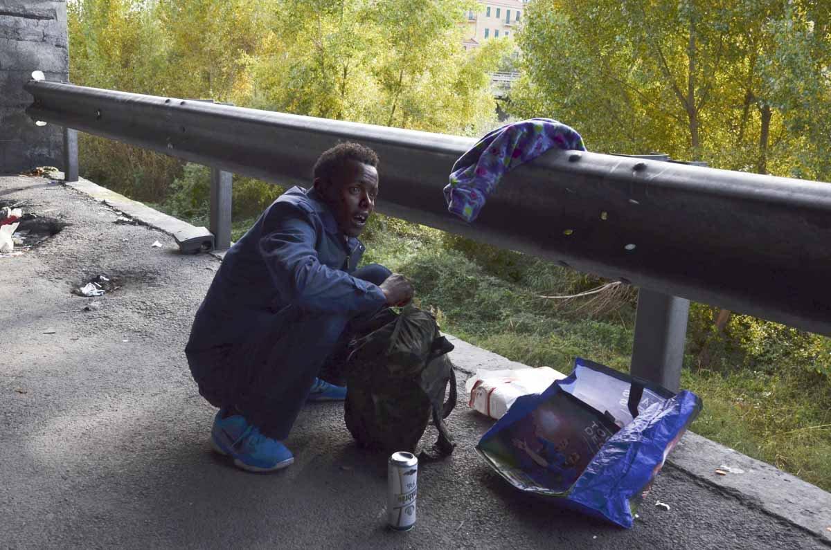 Daoud Osman, do Sudão, se prepara para a jornada até a França
