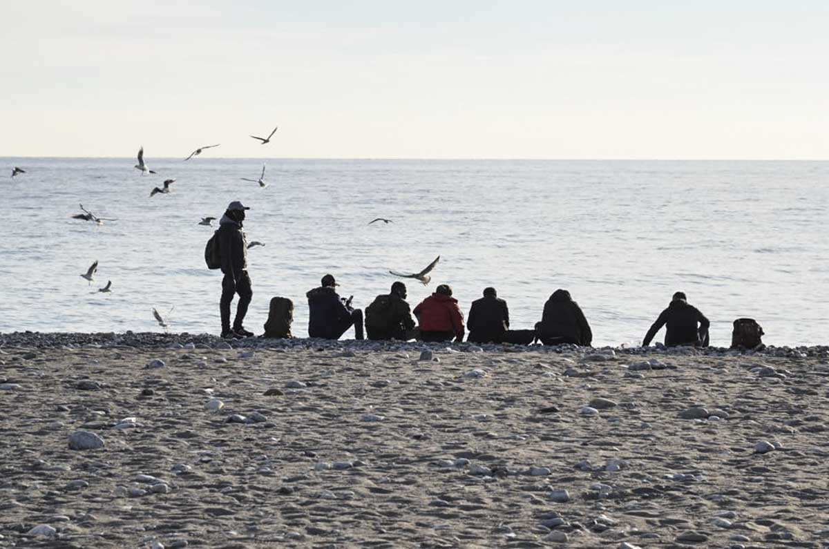 Migrantes tomam banho no Rio Roya, no centro da cidade de Ventimiglia