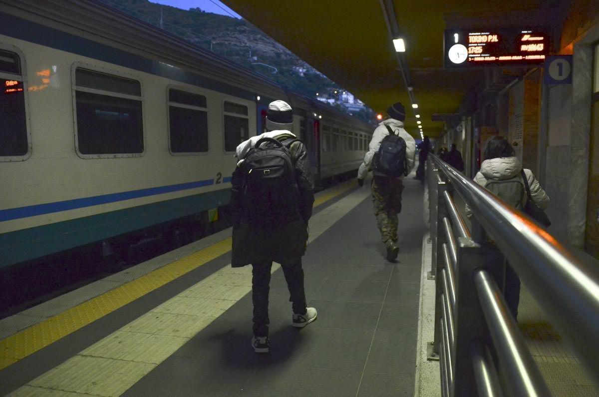 O trem serpenteia o Mediterrâneo com turistas europeus e migrantes, que arriscam suas vidas para se esconderem da polícia