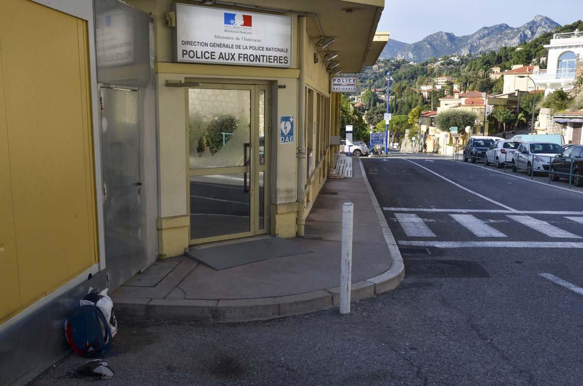 Posto de controle de fronteira na cidade de Menton, na França