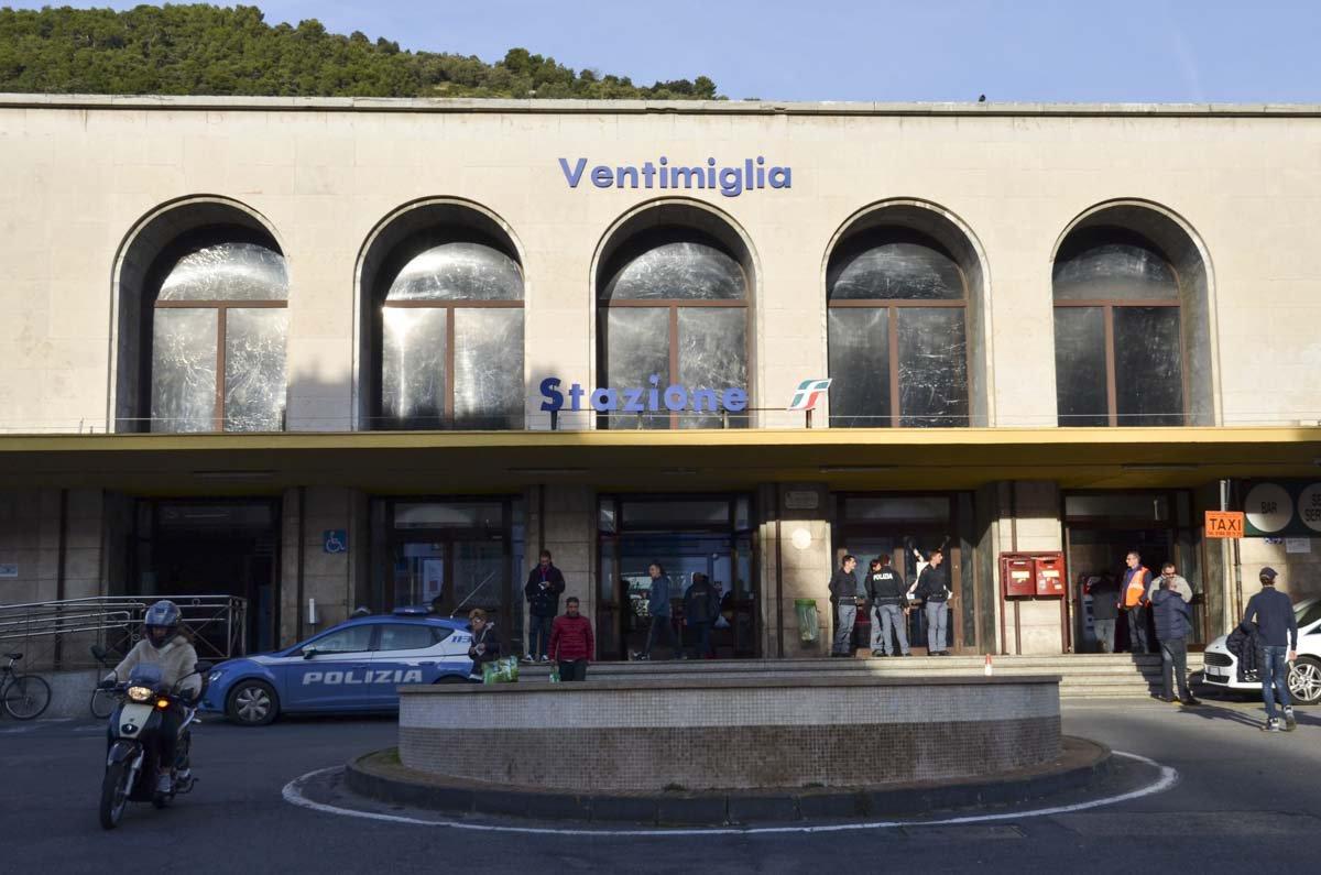 Dezenas de migrantes se amontoam diariamente na estação de Ventimiglia para tentarem chegar à França escondidas nos trens