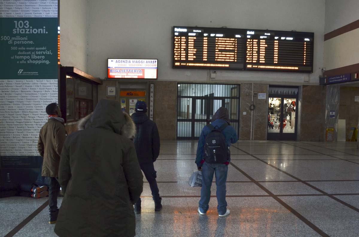 A polícia francesa vistoria os vagões quando o trem chega à estação de Menton-Garavan, na França
