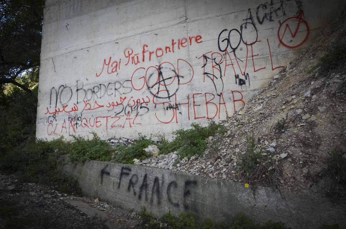 Pichações de apoio aos migrantes são vistas pelo Caminho da Morte, em Grimaldi, na Itália