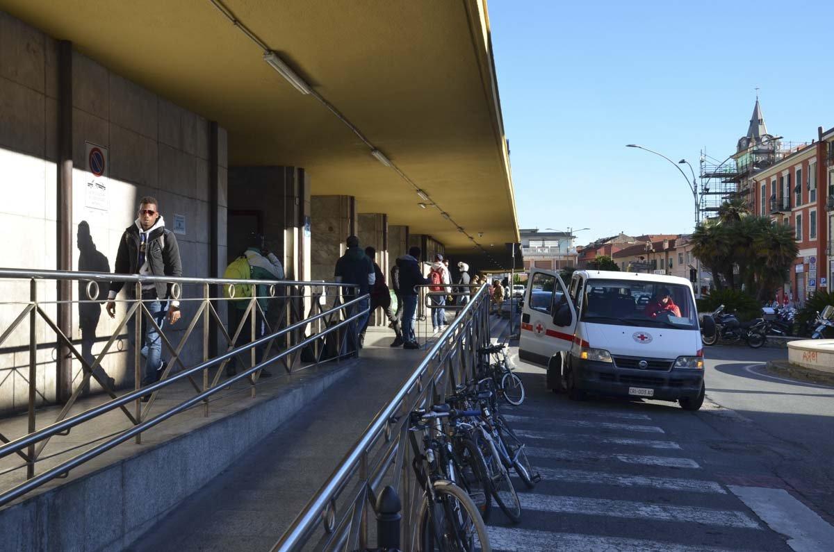 Refugiados e integrantes da Cruz Vermelha italiana ficam 24h em frente à estação ferroviária de Ventimiglia