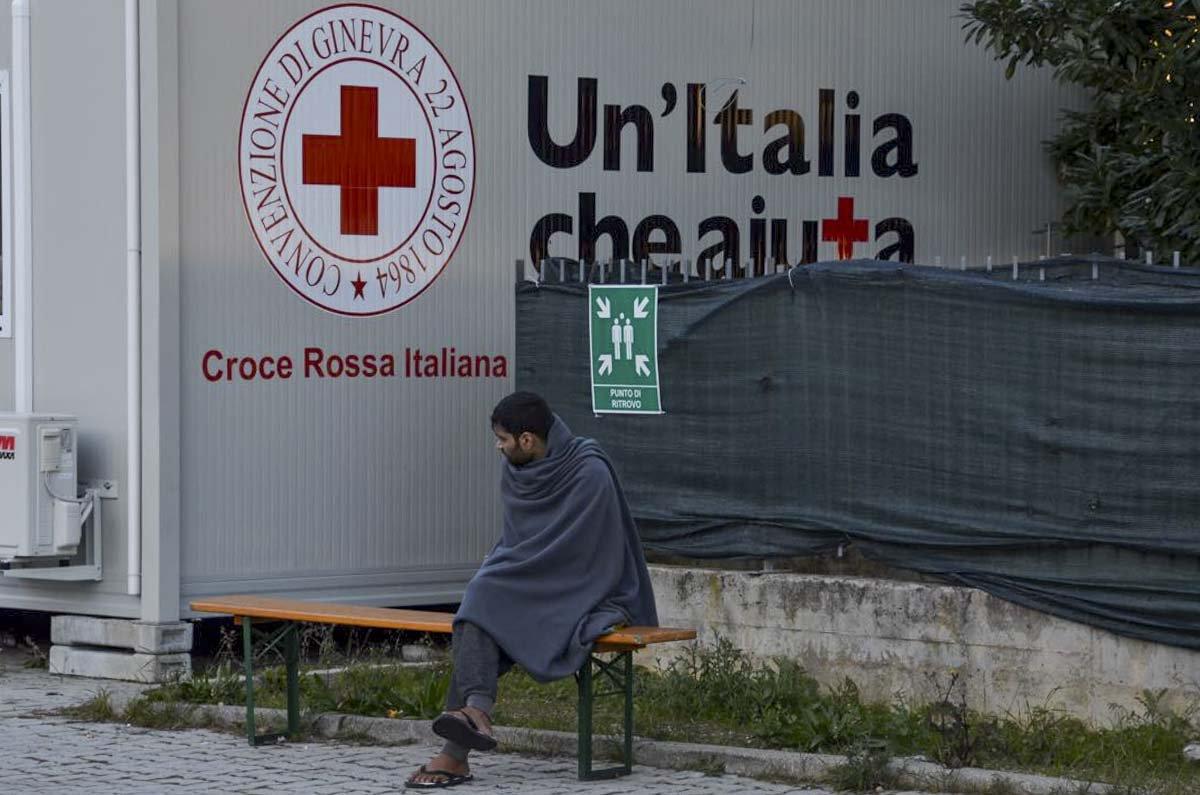 A prefeitura autorizou a instalação de um campo de refugiados da Cruz Vermelha Italiana a 8 km do centro da cidade