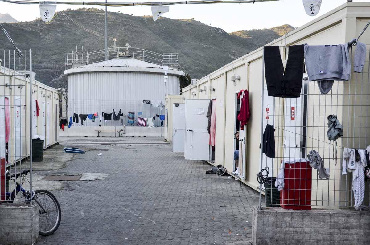 As pessoas chegam ao campo da Cruz Vermelha fisicamente desgastadas e psicologicamente abaladas