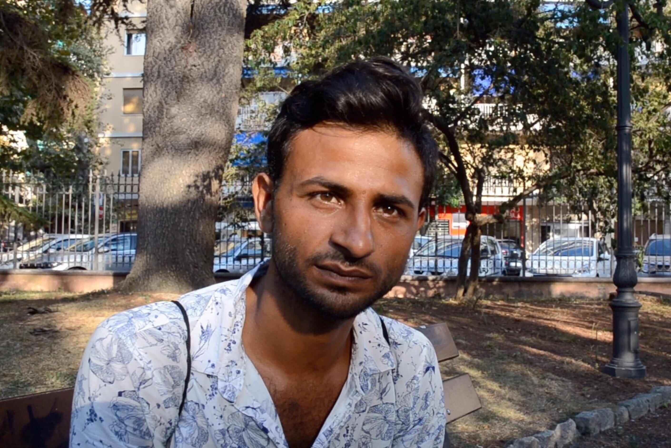 Malik Farooq tenta, há 10 anos. se estabelecer em algum país europeu. Seu sonho é conseguir documentos definitivos para voltar ao Paquistão e visitar a mãe