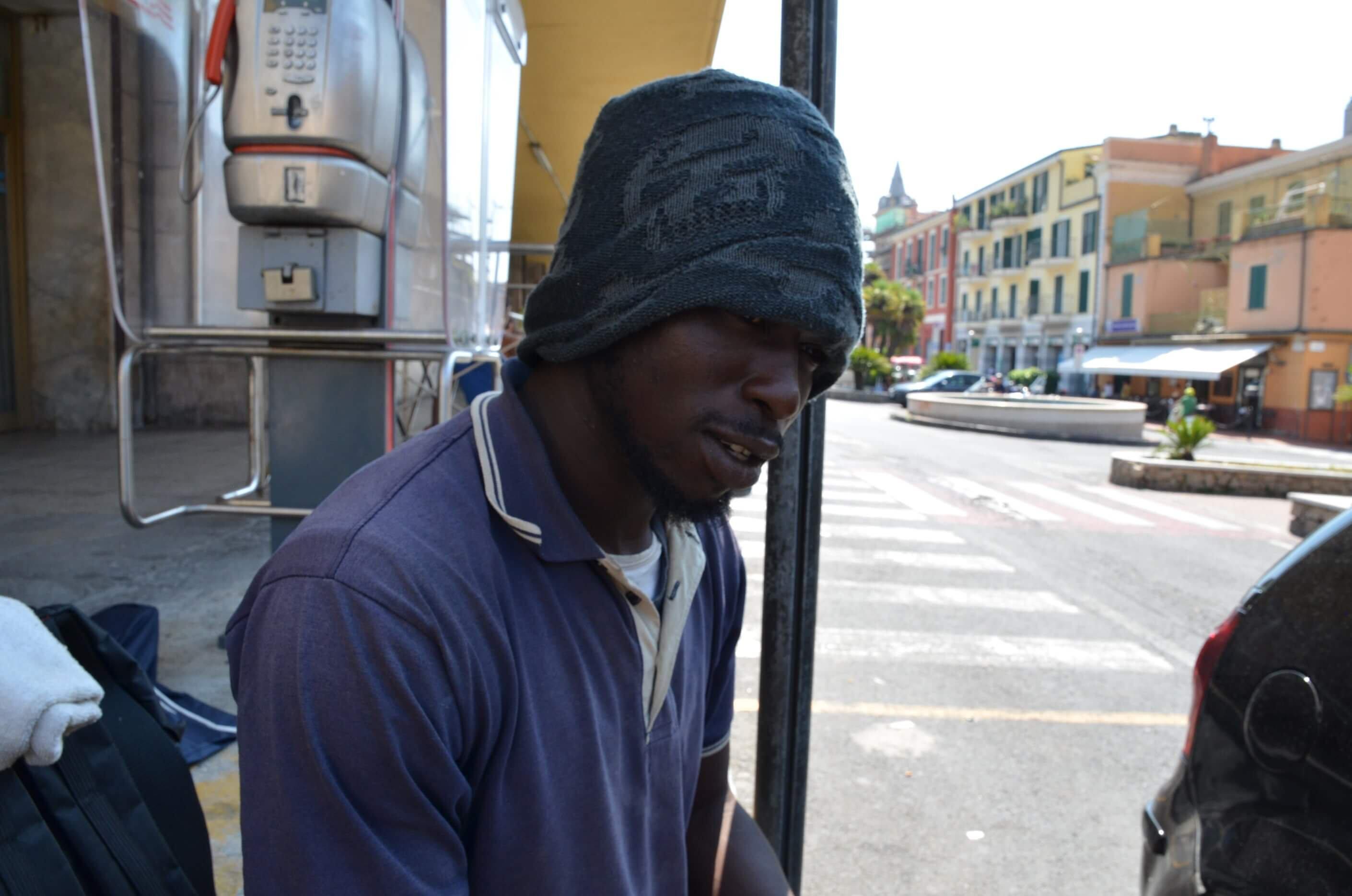 Noulou, de Gana, em frente à estação de trem de Ventimiglia. Ele já tentou entrar na França cinco vezes