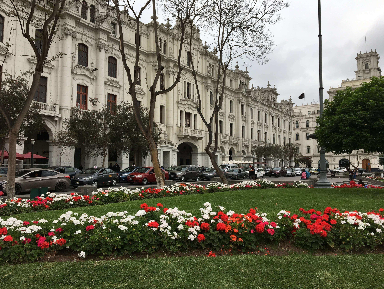 Arquitetura clássica e muitas cores no passeio