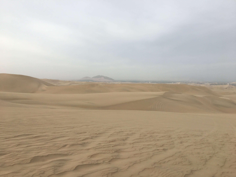 A imensidão do deserto de Huacachina, no distrito de Ica